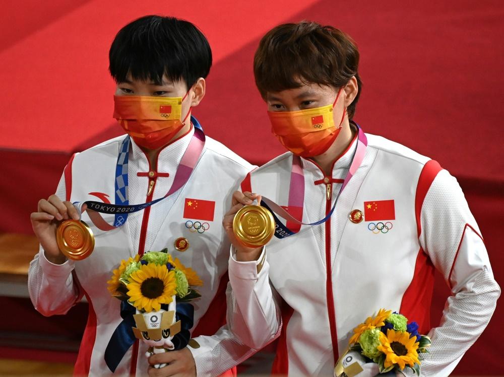 Chinesinnen trugen Anstecker mit Mao-Konterfei (© AFP/SID/Greg Baker)