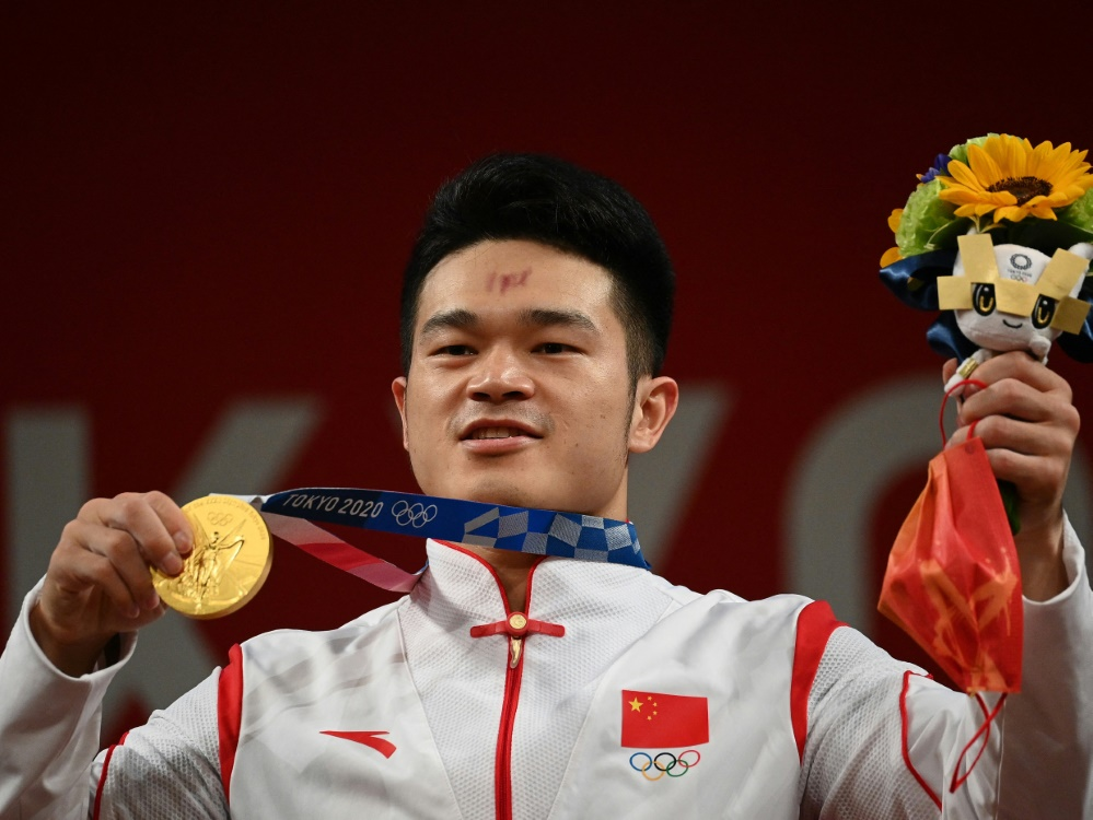 Shi Zhiyong mit seiner Goldmedaille (© AFP/SID/VINCENZO PINTO)